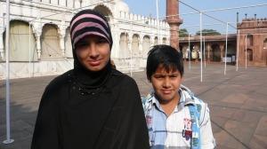 Sur le parvis d'une Mosquée