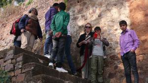 En descandant dans les ruines du palais