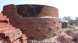 Empilement des briques formant le four, la cuisson se fait avec de la paille de riz
