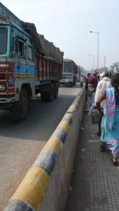 A pied vers le marché de Maihar, nous traverson le pont au dessus de la voie ferrée