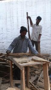 Helpers indiens pour couper le bois