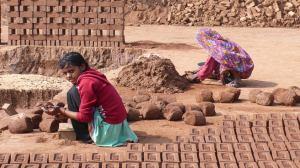 préparation de la terre et fabrication avec un moule en bois