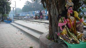La ligne de train longeant le Gange