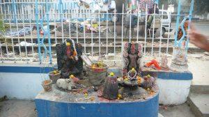 temple au bord de la vois ferrée longeant le Gange