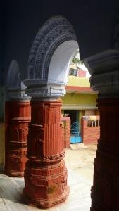 Sous les arches, vue sur le village